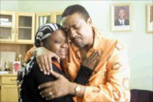 TEARS OF JOY: Ntswaki Makganya and Marvin Fortuin embrace after he gave her R2 000 to help bury her grandmother. Pic. Peter Mogaki. 25/04/2007. © Sowetan.