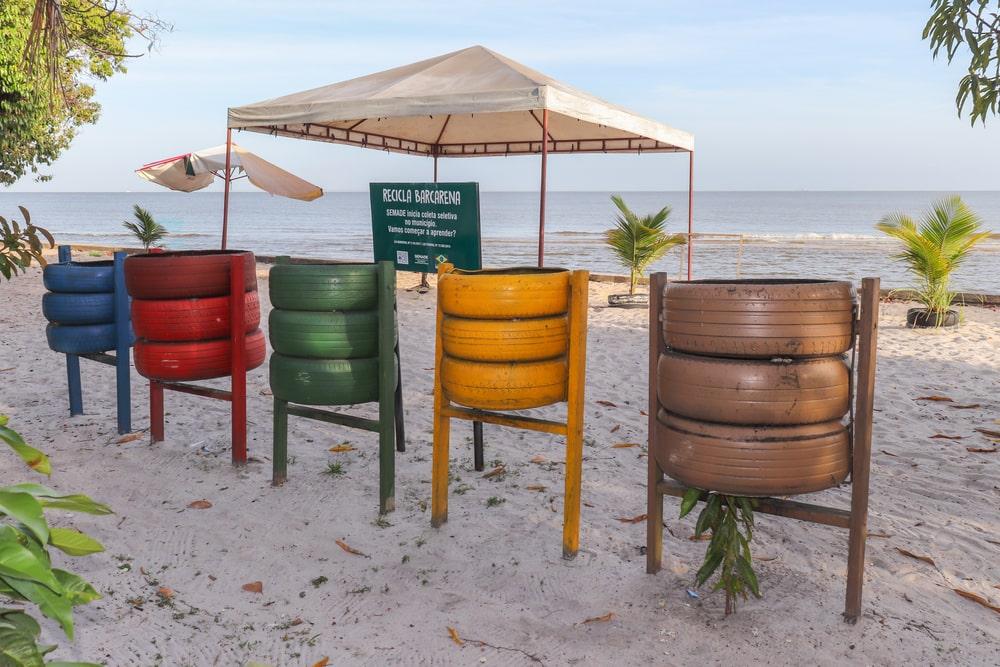 Pneus transformados em pontos de coleta seletiva na praia de Barbacena, localizada no Pará. (Fonte: Shutterstock)