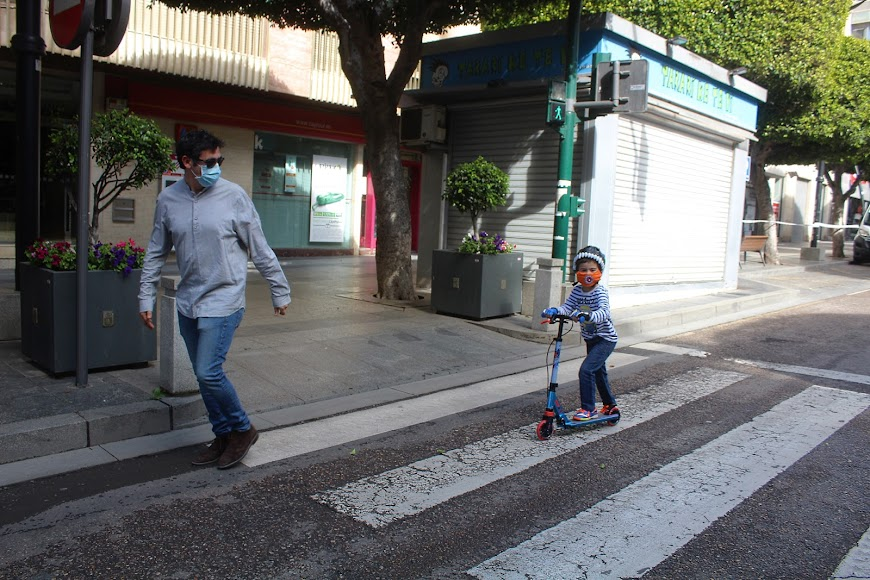 Con el patinete en el Paseo de Almería.