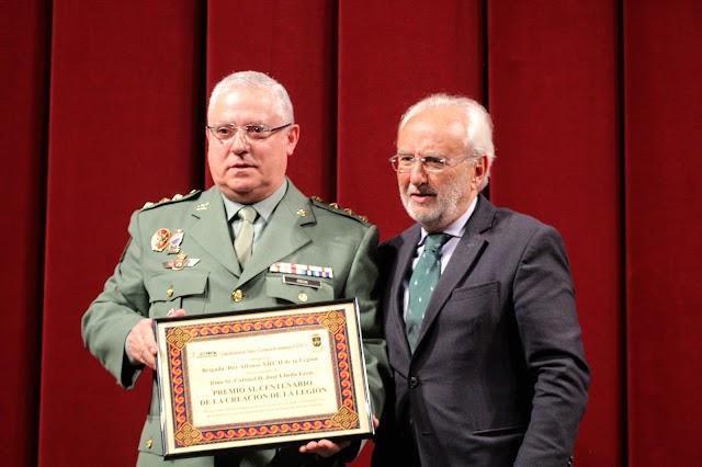 El subdelegado de Gobierno le hizo entrega al coronel Úbeda el premio a la Brigada de la Legión.