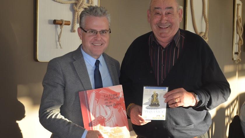 Pere Granados a la izquierda,con un ejemplar sobre la Virgen del Saliente.