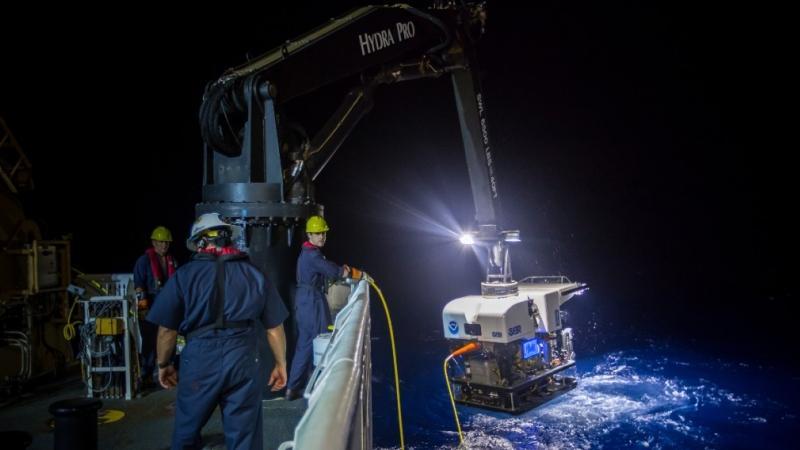 Dos nuevos barcos que se construirán para NOAA mejorarán en gran medida las capacidades de exploración oceánica y de investigación científica de la agencia.  En esta foto, un vehículo operado de forma remota se lleva... </p> <div class=