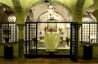 Photo: It.s2C36-141011Bari, basilique, crypte, messe, célébrant, bénédiction finale  IMG_6131