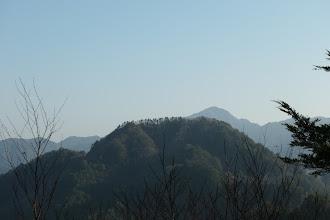 鍵懸山と右奥に金森山