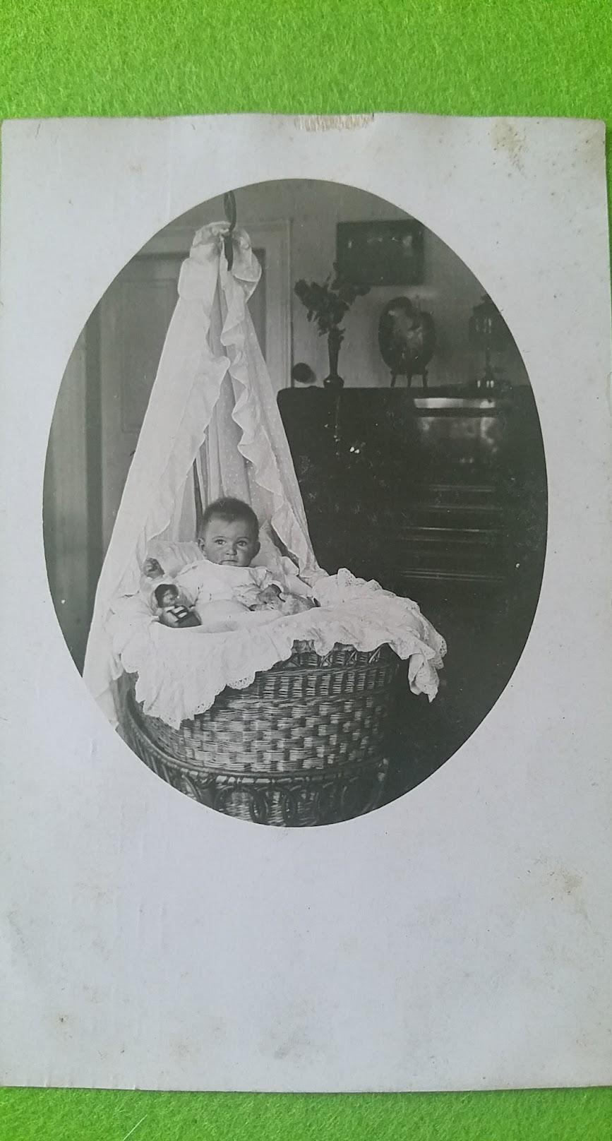 Elfriede Omi als Baby - ein halbes Jahr alt, 1911