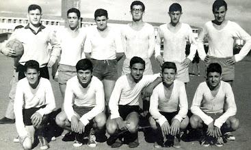 Photo: 15/11/1962, Equipo futbol 5º curso.Mi curso (Miguel Angel G. Castañón); José LuisBaizán, Roberto, ? Miguel Angel Huerta, Oliver Sánchez Abajo: ??, ??, José M. Santos, Preciado, Valdés