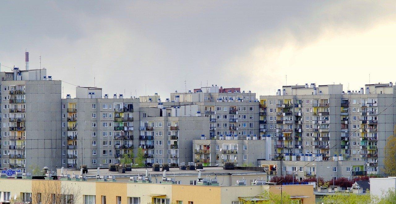 Obraz zawierający budynek, zewnętrzne, duży, miasto  Opis wygenerowany automatycznie