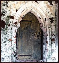 Photo: Man muß sich bücken und klein machen um durch diese Tür zu gelangen. Die Sakristei am Südteil ist durch eine winzige Tür mit der Dorfkirche verbunden. Über die sogenannte Priesterpforte ist ein schmaler Zugang für die Geistlichkeit von außen zum Altarraum der Kirche möglich.