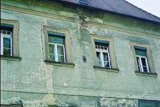 Photo: Nur an der Südseite kann man noch sehen, wie reich und plastisch gegliedert die Barock-Fassade einmal war. Rollo-Anlagen haben Jugendstil-Ornamente.