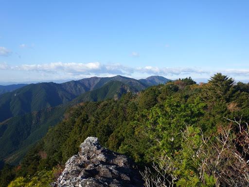 岩の上からの展望(中央に間弓の行者山・太平谷の高、右に南亦山など)