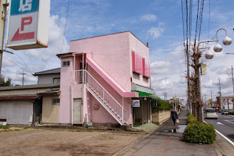 Photo: The pink Mori Sports Goods  store in Ōizumi, Ōra District, Gunma Prefecture. Read more about Oizumi: http://japanvisitor.blogspot.jp/2015/04/oizumibrazil-in-japan.html