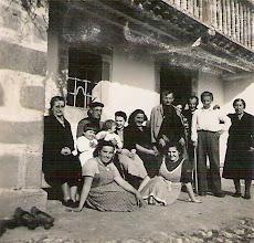 Photo: Milia, Cundo, Carmen, ...., Manolo Herrero, Manolo (padre de Paca) y Dubijes. Abajo Paca y Carmina Cabezas. Los niños no sabemos quienes son.