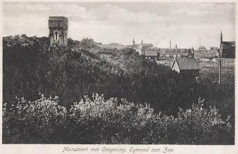 Photo: Het vissersmonument uit 1922 staat op een stille plek bij de ingang van Egmond aan zee en bij de begraafplaats.