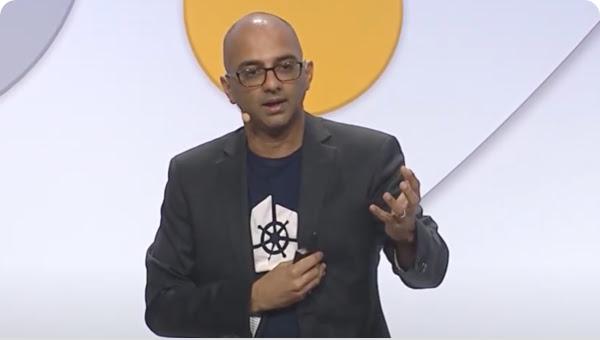 Hombre con un micrófono hace gestos mientras se habla en un escenario