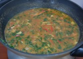 перемешайте кинзу и томаты и добавьте в суп с чечевицей