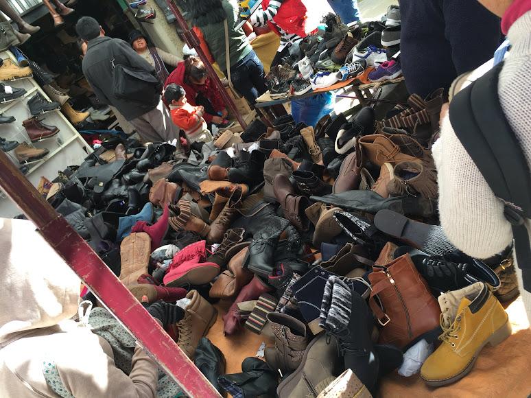エル・アルトの泥棒市場で売られている靴