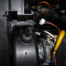 Photo: Stecker des Sensors (?), Stecker abgezogen und zugehörige Kabelklemme gelöst.