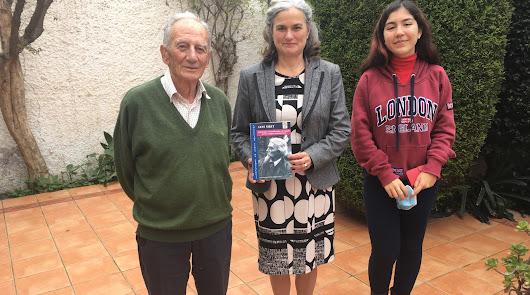 José Carmona, ofelia Siret, con un libro de su bisabuelo arqueólogo, e Isabella Siret.