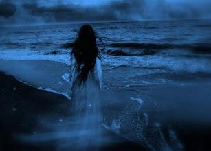 Photo: Mujer mirando al mar