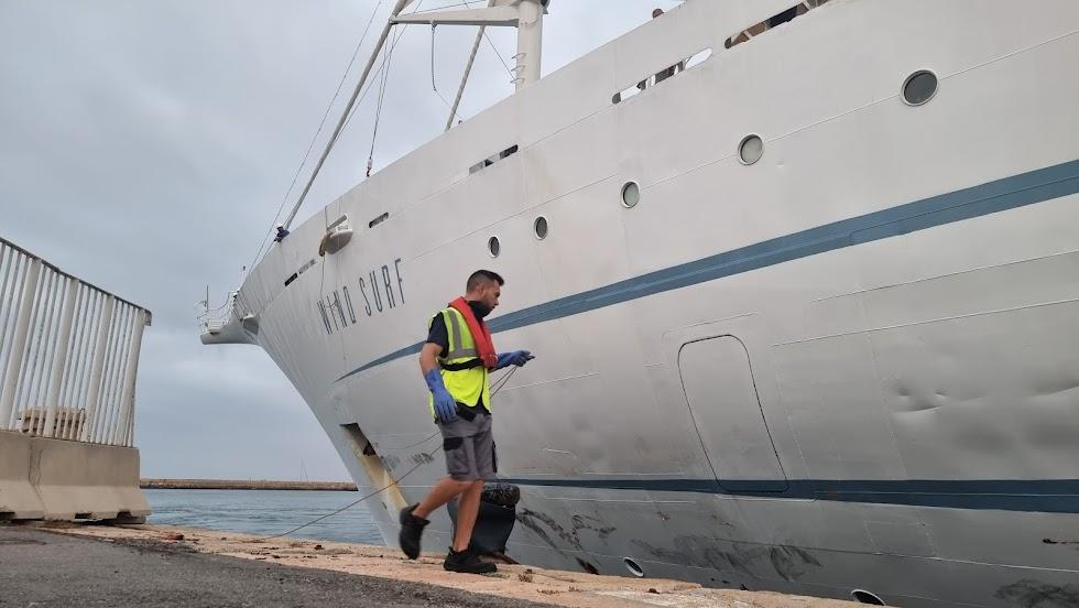 El barco ya está en el puerto de la capital.
