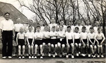 Photo: Gymnastikdrenge i Løvel sidst i trediverne. Jens Vesterby er leder. Navne på drengene følger