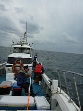 """Photo: 予報に反して、""""大シケ""""!・・・という事で、陸寄りの波、風の穏やかなポイントでウキ流し釣りを開始!"""