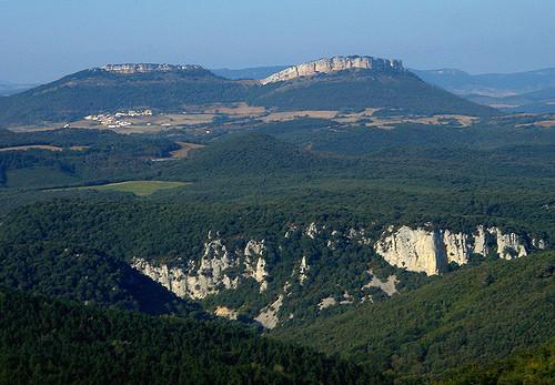 En primer plano, por la izquierda de la imagen, oppida Cividad (Angostina); al fondo, Portillo de la Casilla (San Román de Campezo). Foto de Wikipedia