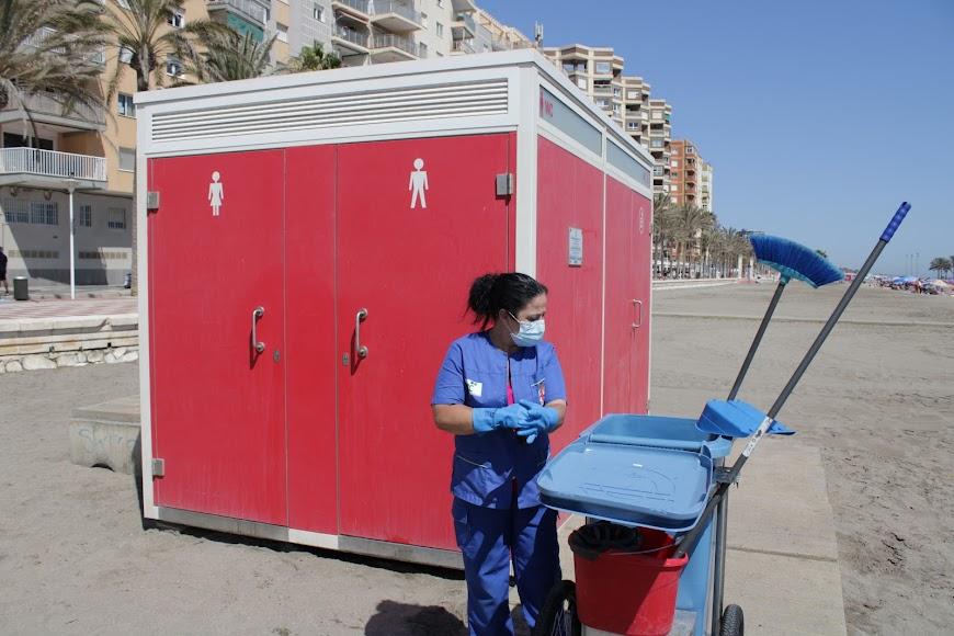 Desinfectando los aseos de las playas de Almería en el primer día sin estado de alarma.
