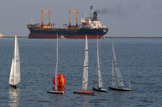 Photo: WK M-klasse Ravenna, 2002. Zeilen op zee...
