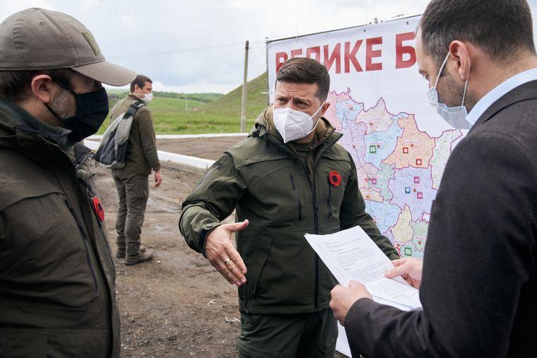 Президент Украины Владимир Зеленский (в центре) возле плана строительства дорог в Луганской области, 8 мая 2020 года
