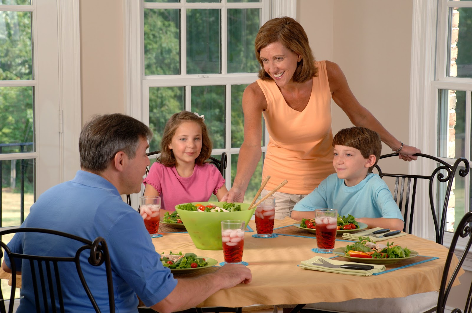 Family_eating_lunch_(1).jpg