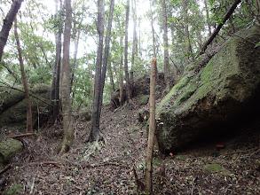岩の間を抜ける