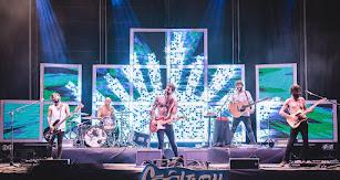 El riff adictivo y los arreglos de guitarra setenteros reforzó todavía más la conexión entre Viva Suecia y seguidores.