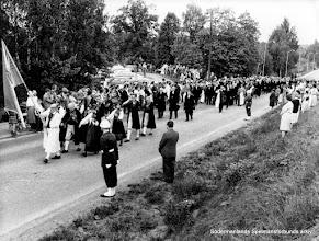 Photo: Sorgeprocession från Flens kyrka till begravningsplatsen vid Prins Wilhelms begravning 1964. Alvar Rosén med SSFs fana, tolv sörmländska spelmän.