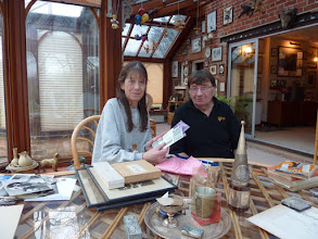 Photo: Mrs. Pat Hope with her husband David explaining Mr. Moore's relics. Photo in Jan. 24th (Sun) 2010 when Kammoto visited them home. ムーア氏の愛娘パットさんとご主人のデービッドさん(2010年1月24日、訪問時にご自宅で撮影)
