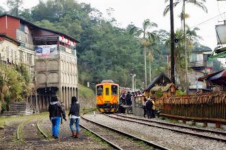 Photo: 在鐵軌上和火車拍照