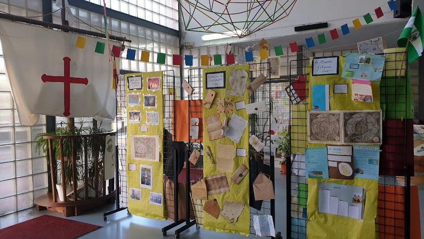 Exposición en la entrada del I.E.S. Bahía de Almería.