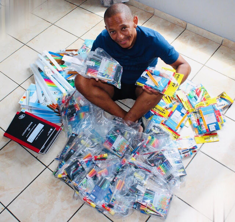 这是布莱恩·弗朗西斯为他最近的小学生文具活动捐赠的一些物品。