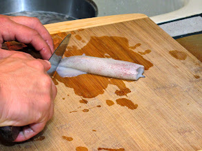Photo: students learn to clean squid with a simple knife technique