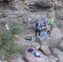 Photo: Die Kletterer packen zusammen. Links die junge Dame war seilgesichert ganz oben gewesen.
