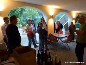 Photo: Empfang zum Weinseminar unter den Casino Arkaden, während es draußen regnet.