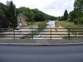Photo: Here's the lock at the bridge, and the towpath on the right that I'll be walking down to the next town.