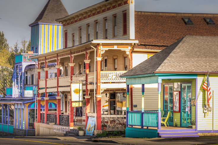 Every building a different color. Photo: Tannersville.