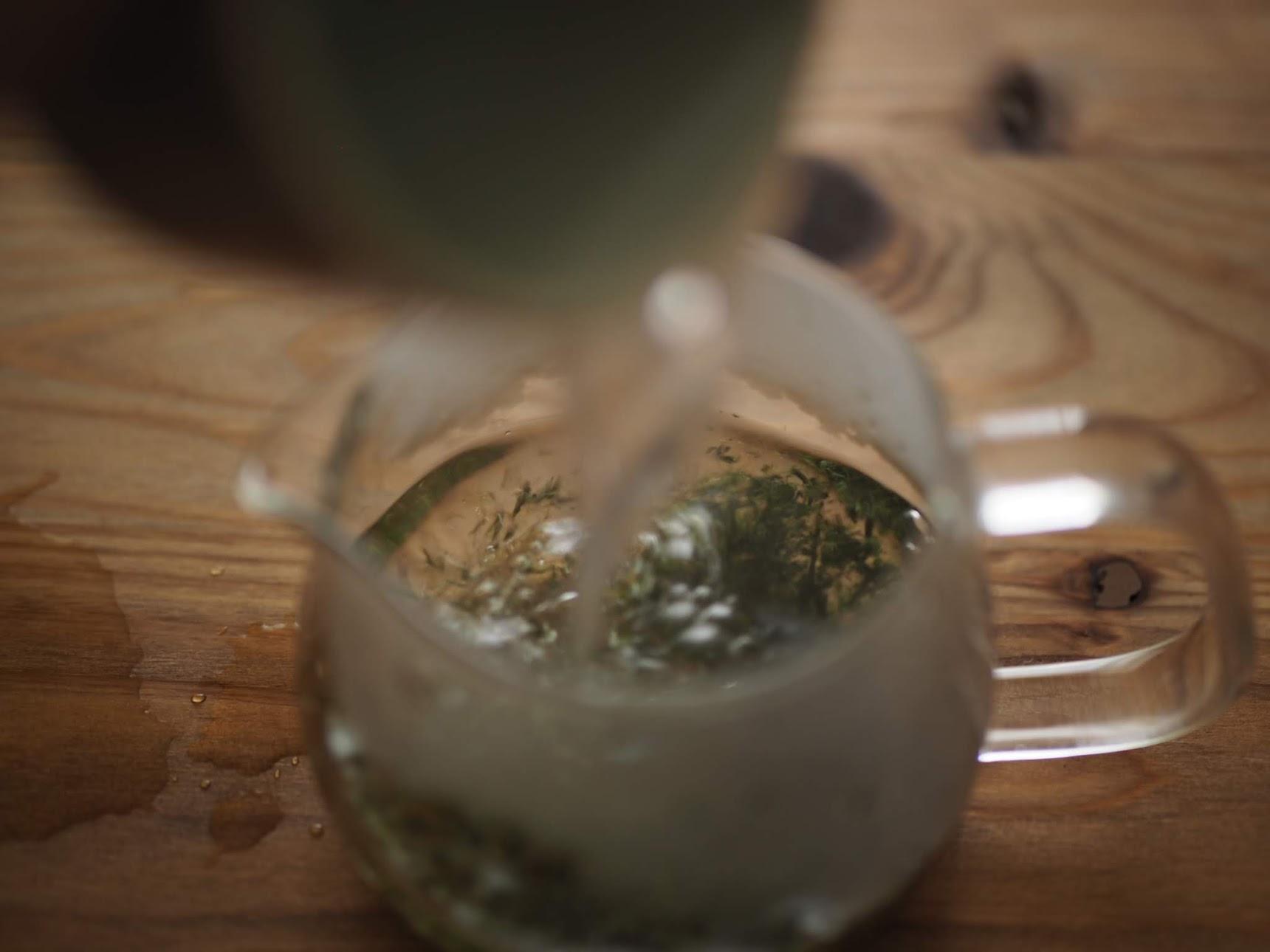 お湯を茶葉に投入