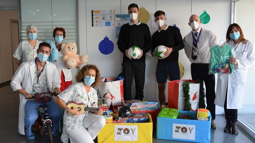 Varias decenas de juguetes fueron entregadas a los niños del Materno-Infantil de Torrecárdenas.