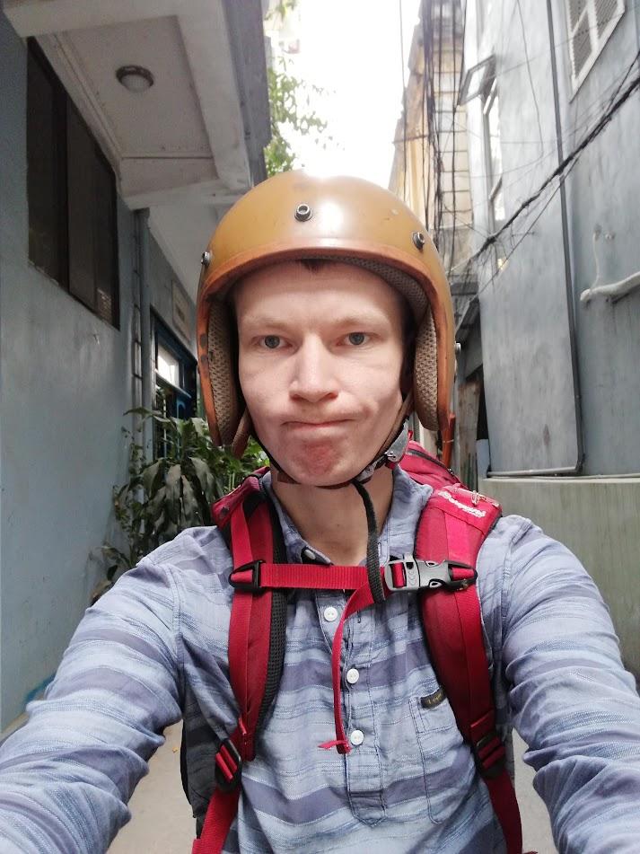 Meg med et litt spørrende ansiktsuttrykk idet jeg skal ut på veien i Hanoi