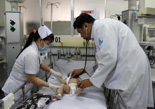 Trẻ sốt kèm cơn co giật cha mẹ phải gọi cấp cứu ngay