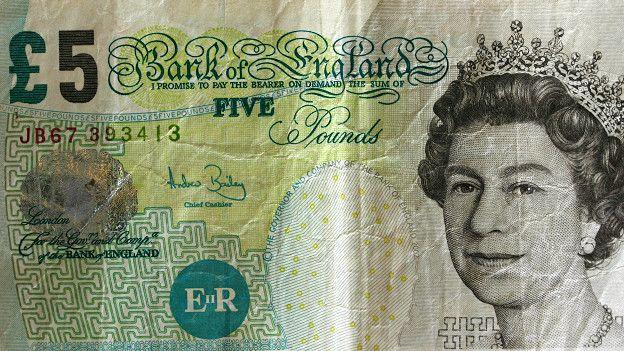 Банкнота в пять фунтов стерлингов с надписью