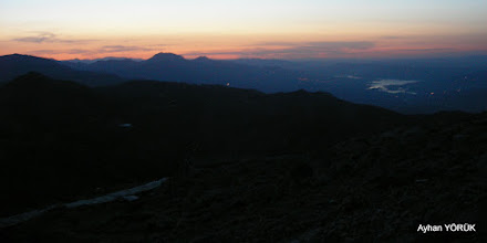 Photo: Ateş Sunağı(Altar)'da güneşin doğuşunu bekliyoruz. Atatürk Barajı artık görünüyor. Nemrut Dağı Saat: 04:39 Karadut Köyü-Kahta-Adıyaman- 22.05.2016 Mezopotamya (Gaziantep-Şanlıurfa-Adıyaman Nemrut Dağı)  Etkinliği. - 19-20-21-22 Mayıs 2016