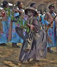 Photo: Buchstäblich aus der Reihe tanzen plötzlich Juju-Frauen. 1